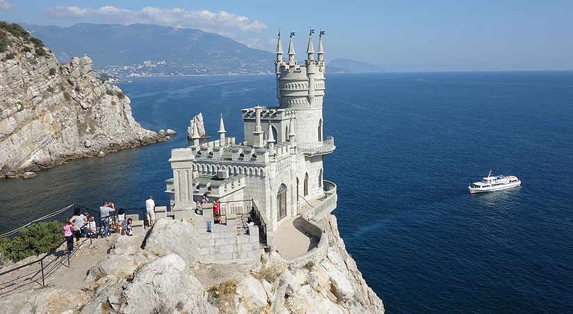 Swallows Nest Castle on the Crimean Peninsula is one of the most amazing castles in the world.