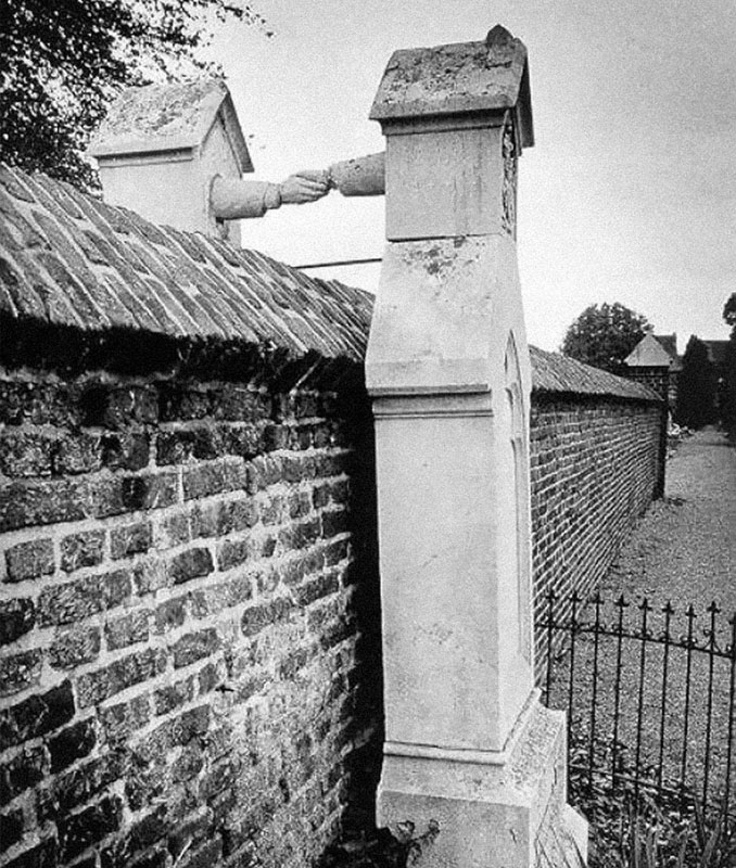 A Photo Of Two Gravestones Holding Hands - 10 Eerie Photos That Will Send Shivers Down Your Spine