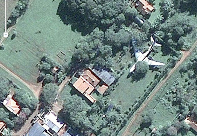 A plane in a backyard seen on Google Earth.