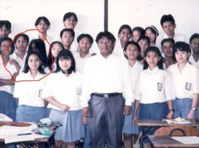 Kuntilanak appears in school photo - 10 Real Ghosts That Have Appeared in School Photos