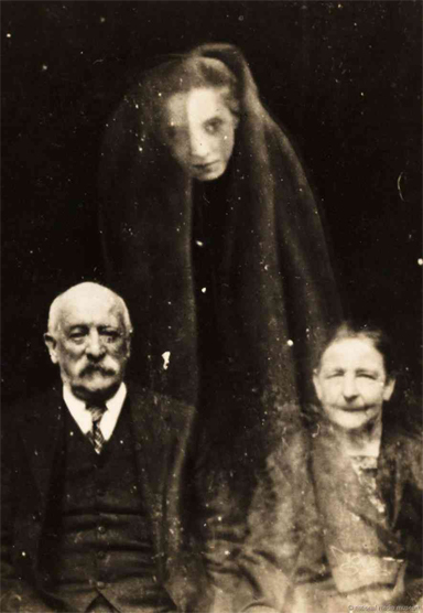 These are the scariest vintage ghost photos going around.