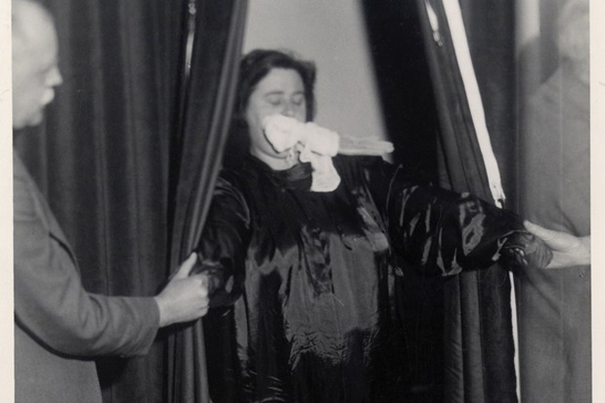 Black and white photo of Helen Duncan in one of her infamous seances.